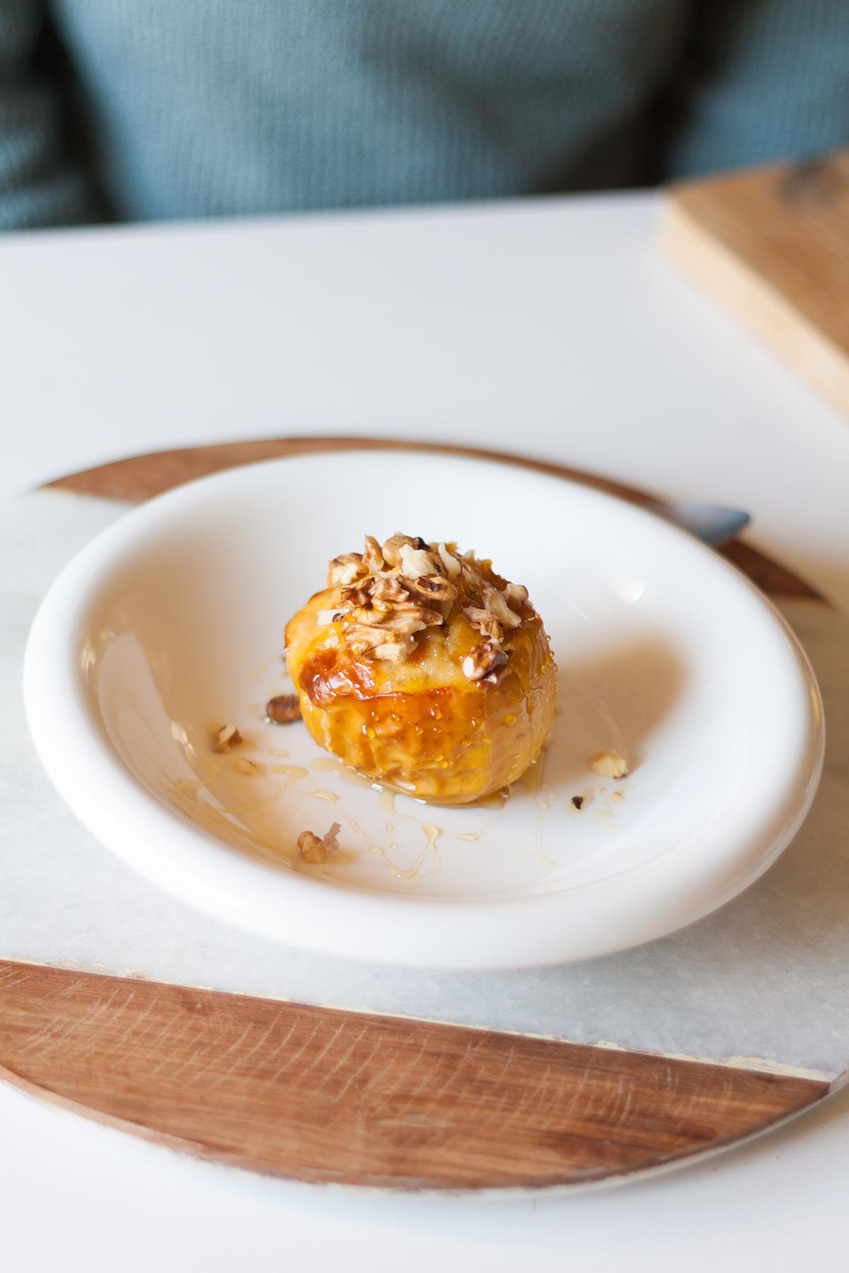 Manzana asada con pastel de queso horneada
