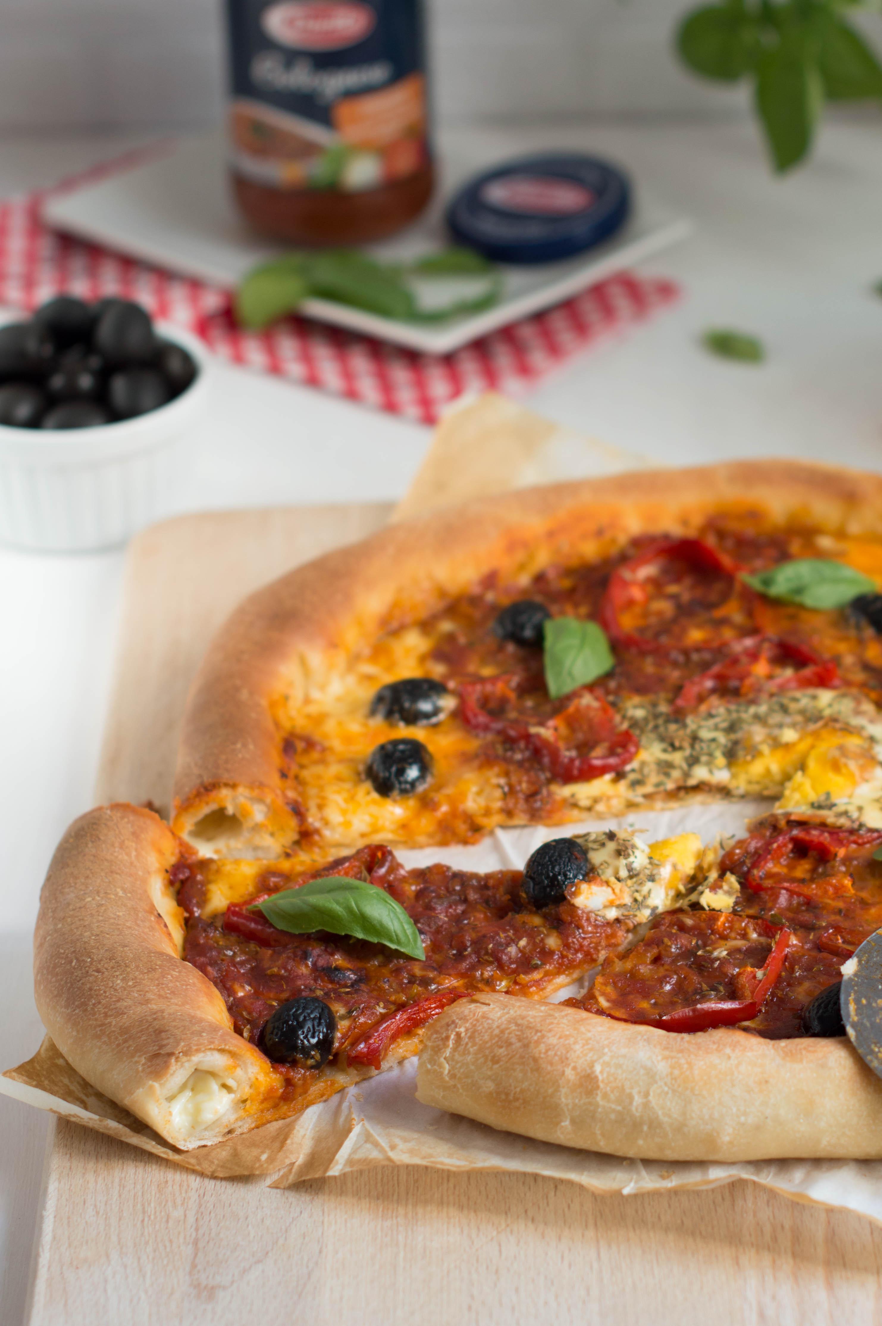 pizza boloñesa con bordes rellenos de queso portada