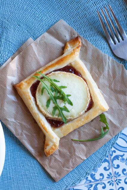 Hojaldre de queso de cabra y mermelada de higo