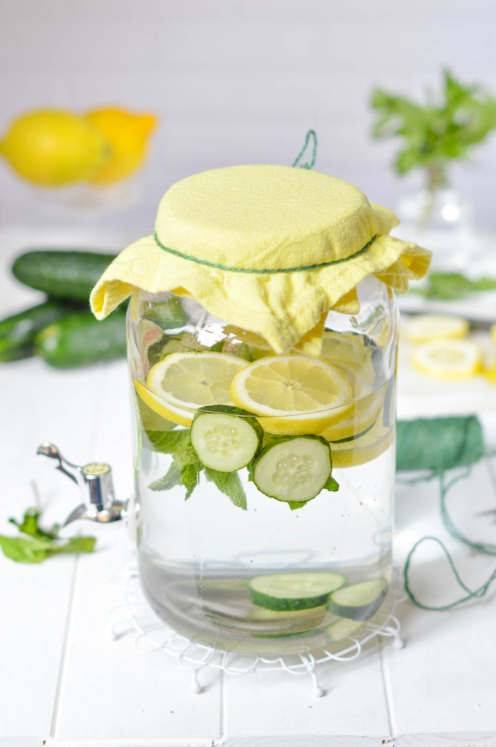 Agua con sabor a limón, pepino y hiervabuena