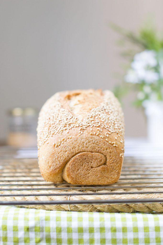 pan integral con sésamo recién salido del horno